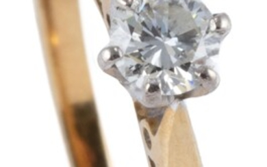 A VINTAGE 18CT GOLD SOLITAIRE DIAMOND RING; set with a round brilliant cut diamond estimated as 0.17ct, VS, size J, wt. 2.02g.