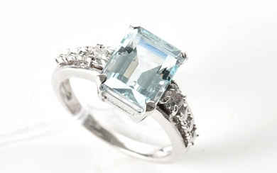 AN AQUAMARINE AND DIAMOND RING IN 18CT WHITE GOLD, THE RECTANGULAR CUT AQUAMARINE WEIGHING 3.15CTS, SHOULDERED BY TWO ROUND BRILLIANT..