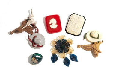 LOT OF EARLY PLASTIC BROOCHES & JEWELLERY