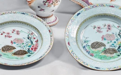 Pair of china soup plates. Qianlong, 18th century. Decorated with enamels of the Rose Family, in the centre quails in a landscape with flowering rocks in a medallion formed by a circle and a braid of ironwork, the wing with a bianco sopra bianco...