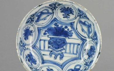 Plate - Blue and white, Kraak porcelain - Porcelain - Chinese Porcelain 17th c Kraak porcelain dish with Flower - China - 16th century