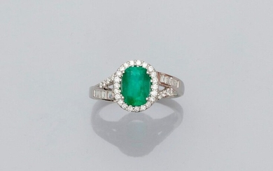 Ring in white gold, 750 MM, set with a cushion-cut emerald weighing 1.61 carat surrounded by brilliants and carried by baguette-cut and brilliant-cut diamonds, GGT laboratory certificate, size: 56, weight: 4.5gr. rough.