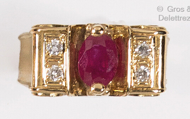 Yellow gold ring set with a rectangular ruby with cut-off...