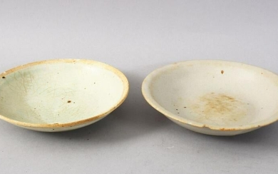 A GOOD PAIR OF EARLY CHINESE POTTERY BOWLS, 14cm & 13cm