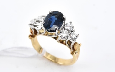 A RETRO SAPPHIRE AND DIAMOND CLUSTER RING IN TWO TONE 18CT GOLD, SIZE K