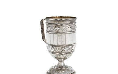 A Victorian silver cylindrical footed mug by Robert Hennell IV