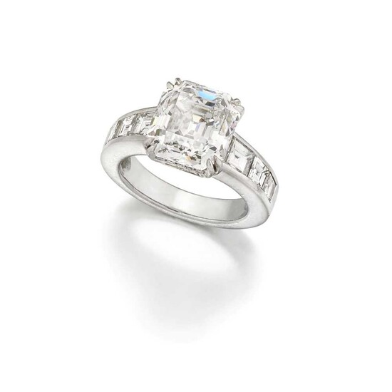 ◆ A diamond single-stone ring
