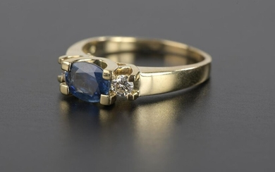 Ring in 18k yellow gold, set with an oval sapphire shouldered with small brilliant diamonds of about 0.15 ct.