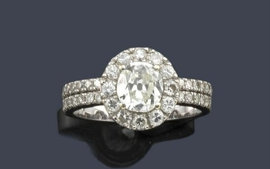 Diamond ring with oval cut central diamond of approx.