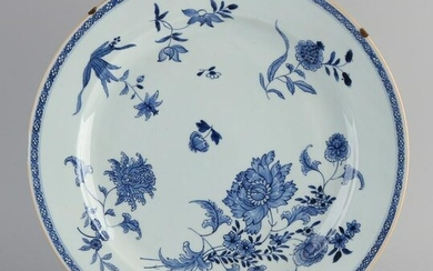 Large 18th century Chinese porcelain Queng Lung dish.
