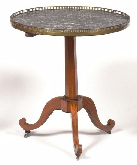 Pedestal table in lemon tree, the Sainte-Anne grey marble top resting on a shaft with a pan ending in a tripod base, (important accidents). Late 18th century. H : 70 cm, D : 65 cm