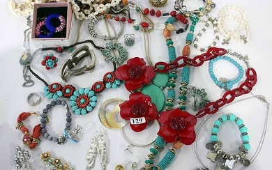 A COLLECTION OF COSTUME JEWELLERY ITEMS