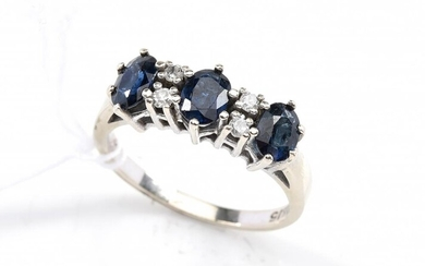 A SAPPHIRE AND DIAMOND RING IN 14CT WHITE GOLD, RING SIZE N, 3.5 GRAMS