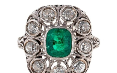 Gold ring decorated with an emerald surrounded by diamonds - Gross weight: 3.8 g - Finger size: 50/51