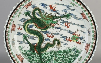 Large Chinese porcelain dish Verte Family with dragons