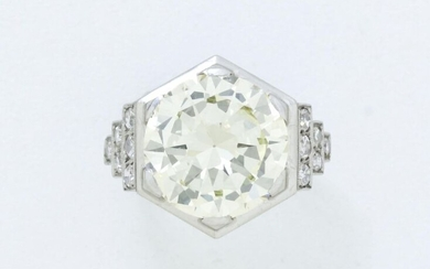 Ring in platinum 850/1000e and white gold 750/1000e hexagonal shape, set with a brilliant diamond in claw setting, shouldered with old cut and 8/8 drop diamonds. Delicately openworked ring body