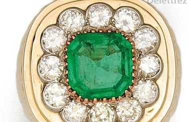 """Ring """" Chevalière """" in gadrooned yellow gold, adorned with a square-cut emerald with stepped-cut sides set with brilliant-cut diamonds. Tour of doigt : 52. P. Brut : 14.4 g."""