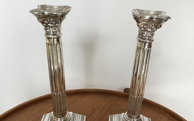 A pair of English Georg III style silver candlesticks. Silvermaster A.Taite and Sons, London 1963. H. 26 cm. Foot 10×10 cm. Weight 341/317g. (2)