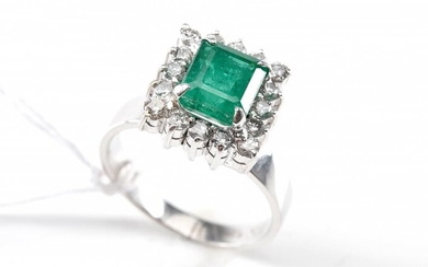 AN EMERALD AND DIAMOND SQUARE CLUSTER RING IN 14CT WHITE GOLD, SIZE K, 4.8GMS