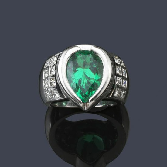 Ring with precious pear cut Colombian emerald set in