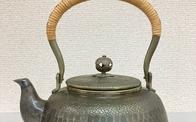 Tetsubin (cast iron kettle) - Silver - Ginsendō 銀川堂 - 'Ginbin' 銀瓶 (Silver kettle) - With seal 'Ginsendō' 銀川堂 and 'ginjun' 銀純 (pure silver) - Japan - ca 1930s (Early Showa period)