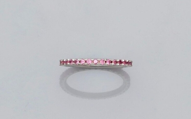 Wedding band in white gold, 750 MM, highlighted with round pink sapphires, size: 55, weight: 1.85gr. gross.