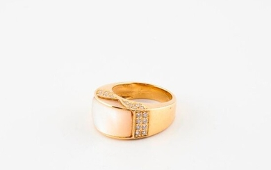 Yellow gold (750) ring set with a geometrical white mother-of-pearl pattern with brilliant-cut diamonds in a grain setting.