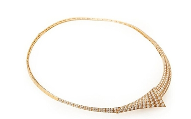 18K (750/°°) yellow gold necklace made of articulated rectangular links, the central part adorned with a stylized motif, entirely set with brilliant-cut diamonds. Gross weight: 46.2g