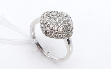 A DIAMOND CLUSTER RING IN 18CT WHITE GOLD, DIAMONDS TOTALLING APPROXIMATELY 0.83CTS, SIZE M, 4GMS