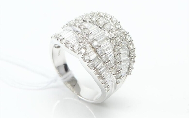A DIAMOND DRESS RING IN 18CT WHITE GOLD, COMPRISING ONE HUNDRED AND TWENTY BAGUETTE AND ROUND BRILLIANT CUT DIAMONDS TOTALLING 3.3...