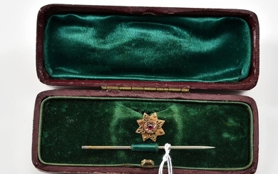 A STICK PIN IN 9CT GOLD, BOXED