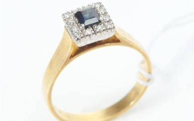 AN AUSTRALIAN SAPPHIRE AND DIAMOND CLUSTER RING IN 18CT GOLD AND PLATINUM, SIZE N, 4GMS