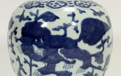 CHINESE DRAGON MOTIF BLUE AND WHITE PORCELAIN VASE