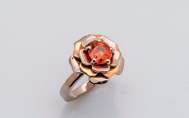 Flower ring in 18 carat white gold and pink gold (750 thousandths) set with a round spesartite garnet in orange color. French work.
