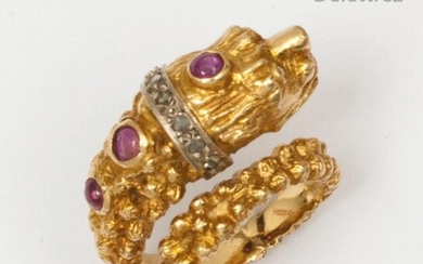 """Lion"""" ring in chased yellow gold, set with rose-cut diamonds and cabochon rubies. Finger size: 52. Rough weight: 13.5g."""