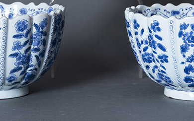 Pair of oriental style centers in white and blue enameled porcelain with Altfield marks. Measurements: 14x25 cm. Exit: 125uros. (20.798 Ptas.)