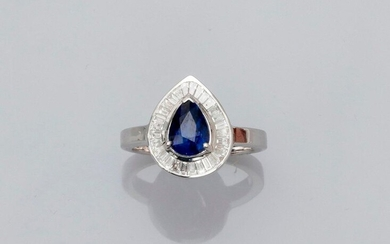 Ring featuring a pear-shaped platter in white gold, 750 MM, centered on a pear-cut sapphire weighing 1.97 carat in a row of baguette-cut diamonds, size: 54, weight: 5.75gr. rough.