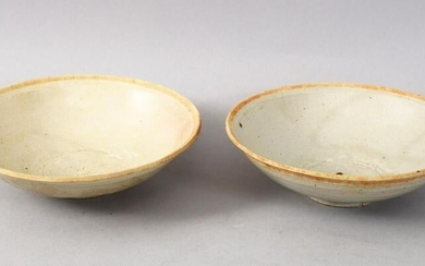 A GOOD PAIR OF EARLY CHINESE POTTERY BOWLS, 14cm