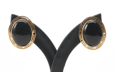 A PAIR OF VINTAGE ONYX EARRINGS, TO POST AND CLIP FITTINGS IN 14CT GOLD, LENGTH 20MM