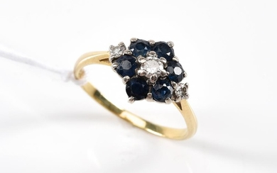 A SAPPHIRE AND DIAMOND CLUSTER RING IN 18CT GOLD, RING SIZE P-Q.