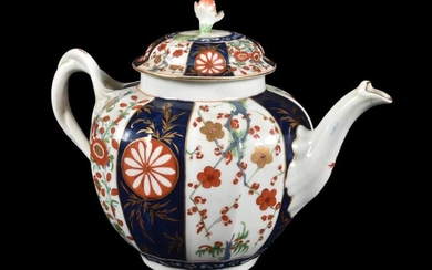 A Worcester 'Queen's' pattern teapot and cover