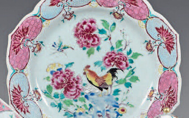 Chinese porcelain dish. Qianlong, 18th century. Ribbed shape, polychrome decoration in the center of a rooster, flowered rocks and insect in flight, the wing and the fall of a large frieze of flowered mantling, gold thread on the edge, chips, small...