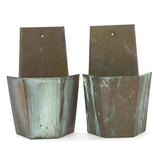 Danish design: A pair of outdoor wall lamps of patinated copper. Manufactured by Lyfa. H. 35 cm. W. 22 cm. (2)
