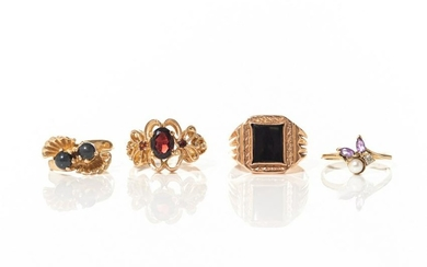 FOUR VINTAGE GOLD RINGS, 14g