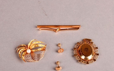 GOLD LOT: Flower brooch decorated with a small pearl, medallion pendant, tie clip and pair of ear studs.