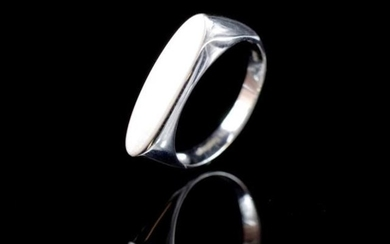 Modern 9ct white gold ring marked 375 lulu flamingo. Approx ...