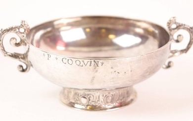 Silver wedding cup with two melted handles, pearled decoration resting on a heel decorated with eggs and foliage, body engraved G. Coquin Morlaix 1748-1756 - MO : Denis LACHESE - L : 14.3 cm, Weight : 108 gr