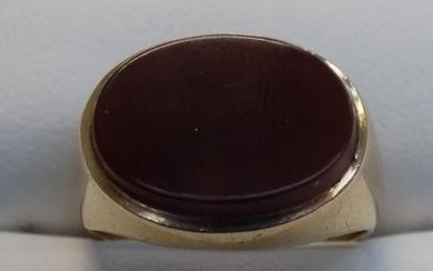 9ct gold red stone signet ring - size K 3/4