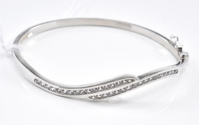 A WHITE STONE SET HINGED BANGLE IN SILVER, 10GMS