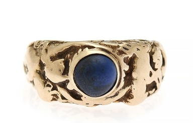 A lapis lazuli ring set with a cabochon lapis lazuli, mounted in 18k gold. Size 58. Weight app. 12.5 g.